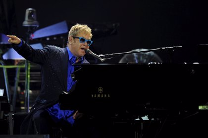 Vídeo: Elton John versiona con el piano Space oddity de David Bowie