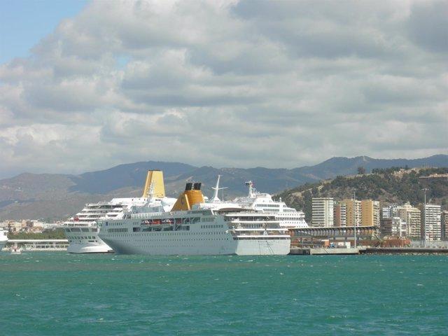 Crucero En El Puerto De Málaga, Primero El Costa Voyager De Costa Cruceros