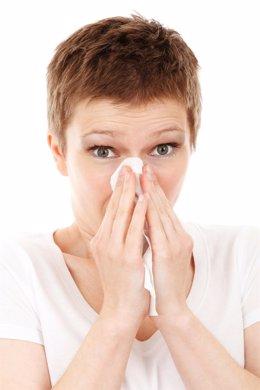 Mujer con resfriado, gripe
