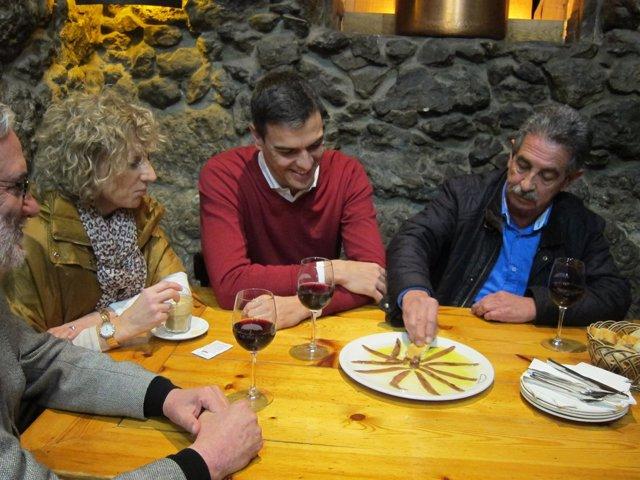 Pedro Sánchez y Revilla degustan unas anchoas en Santander