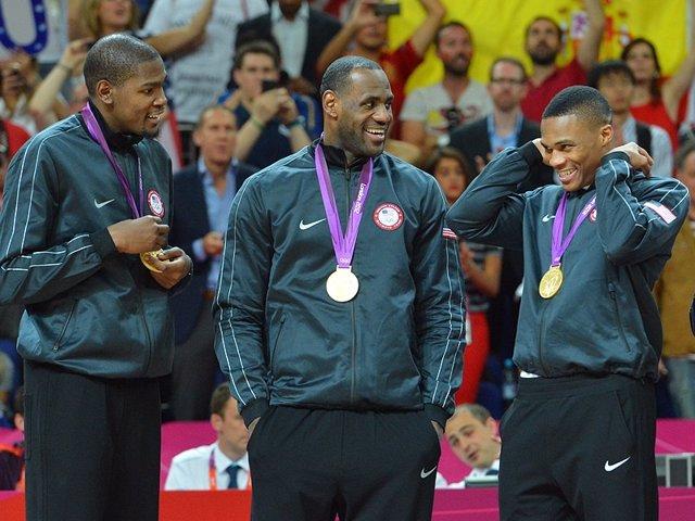 Kevin Durant, LeBron James y Russell Westbook con Estados Unidos