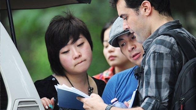 Roberto F. Canuto y Xu Xiaoxi (primero y segundo por la derecha), en un rodaje.