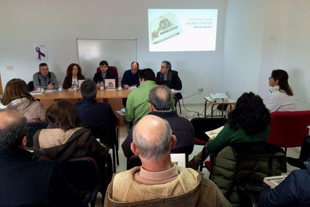 Presentación de la carpeta de recursos turísticos a empresarios de Ambroz