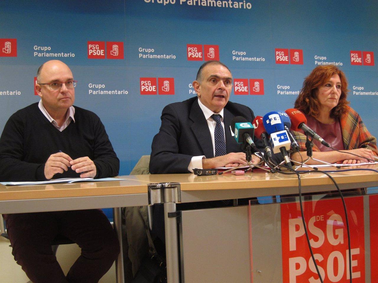 El doctor Evaristo Varo (centro) con Paco Reyes y Carmen Acuña (PSOE)