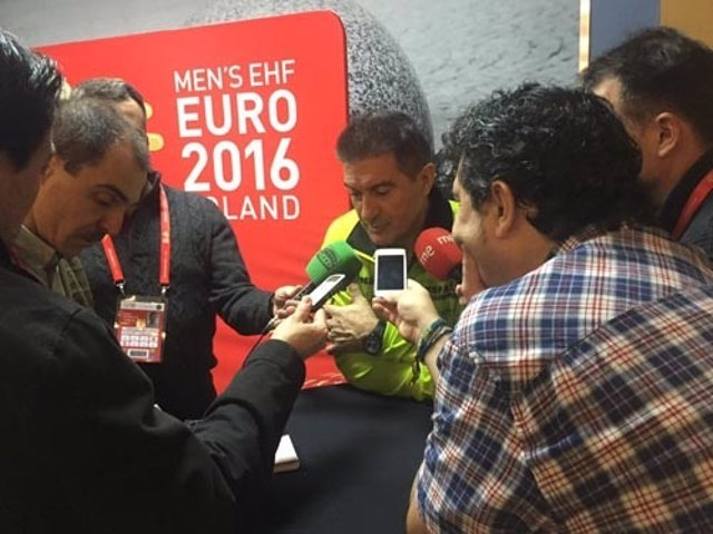 Manolo Cadenas, seleccionador nacional de balonmano, atiende a la prensa