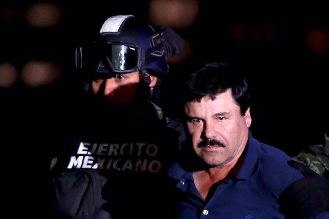 """Joaquin """"El Chapo"""" Guzman es escoltado por militares"""