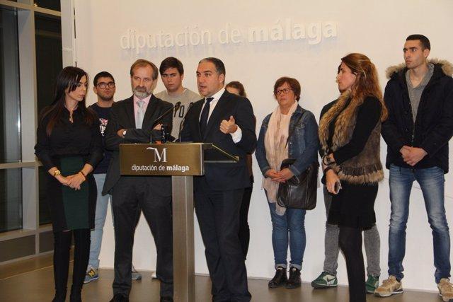 Bendodo en rueda de prensa con C's y alumnos y trabajadores de La Cónsula