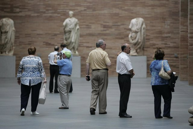 Turistas visitando monumentos de Mérida