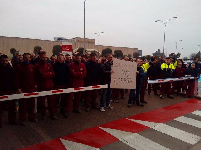Concentración de trabajadores de Altadis en la puerta de la fábrica