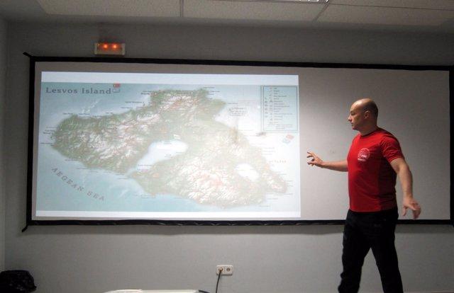 Uno de los bomberos voluntarios muestra la zona de Lesbos