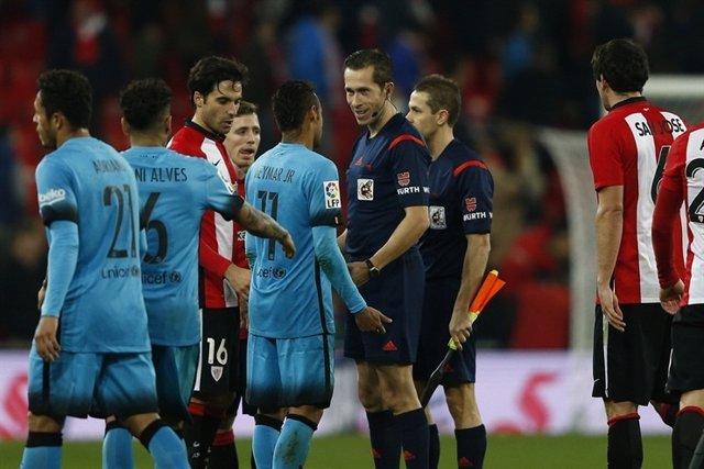 González González habla con Neymar en el Athletic - Barcelona