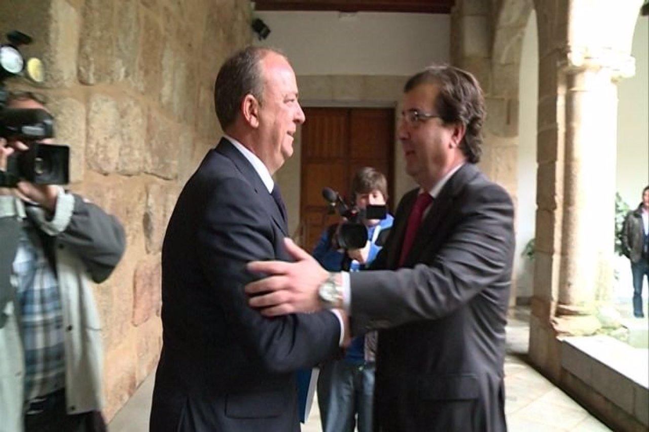 Saludo entre José Antonio Monago y Guillermo Fernández Vara