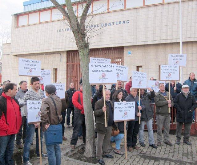 Trabajadores de Tragsa a la puerta de la asamblea en Canterac