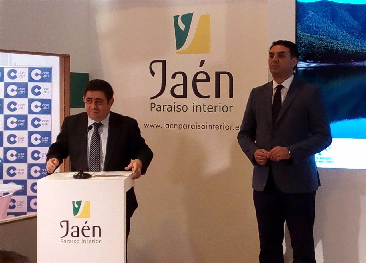 Francisco Reyes, de la Diputación de Jaén, y el consejero de Turismo