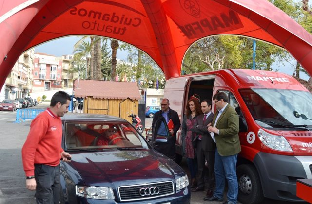 Clemente visita stand donde se realiza ta campaña 'Cuidamos tu auto'