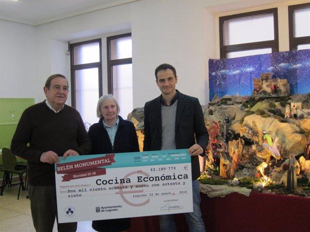 Entrega del cheque por parte del concejal de Festejos, Miguel Sáinz