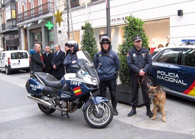 Agentes del CNP en la calle Santiago