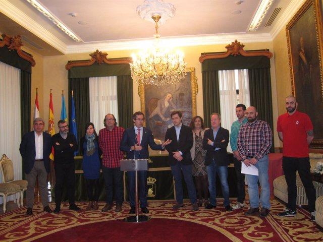 Los portavoces municipales junto a los trabajadores de Gijón Fabril.