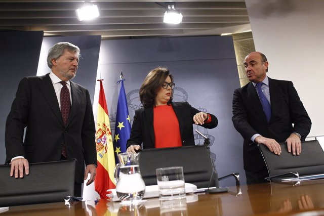 Iñigo Méndez de Vigo, Santamaría y Luis de Guindos tras el Consejo de Ministros