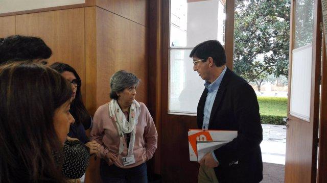 Juan Marín conversa con periodistas