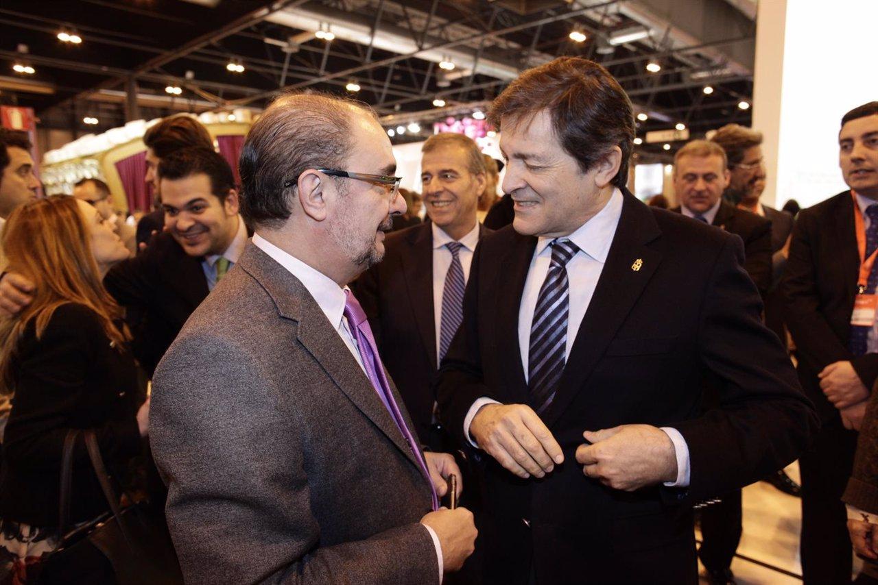 Javier Lambán con el presidente de Asturias, Javier Fernández, en Fitur