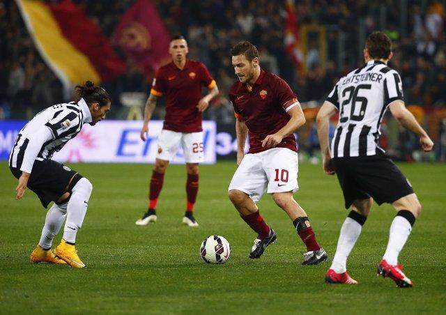 Francesco Totti ante Martin Caceres