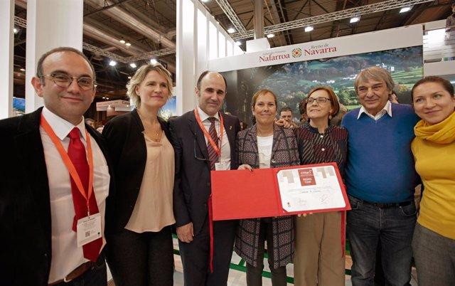 Barkos y Ayerdi con representantes de Fitur tras recibir la distinción