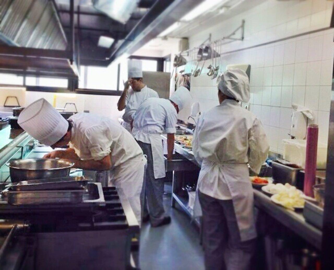 Cocina de la escuela de hostelería de la cónsula en málaga turismo gastronomía