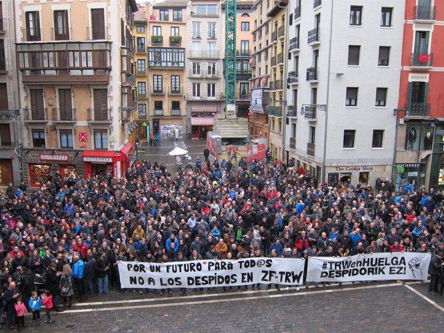 Cientos de personas se concentran contra el ERE en TRW