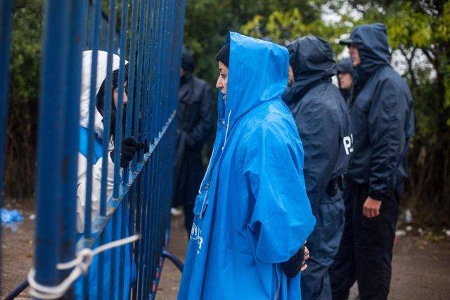 Una trabajadora de ACNUR atiende a refugiados en Bapska (Croacia)