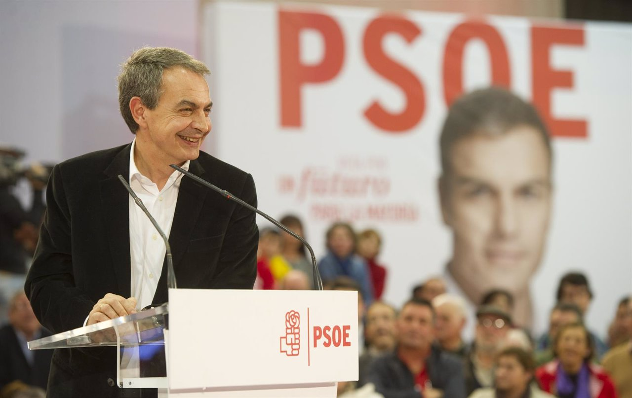 El expresidente del Gobierno, José Luis Rodríguez Zapatero, en un mitin en Gijón