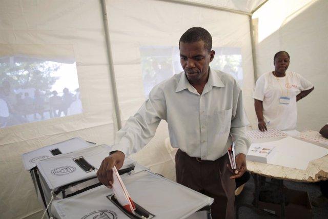 Un hombre vota en la primera vuetla electoral en Haití
