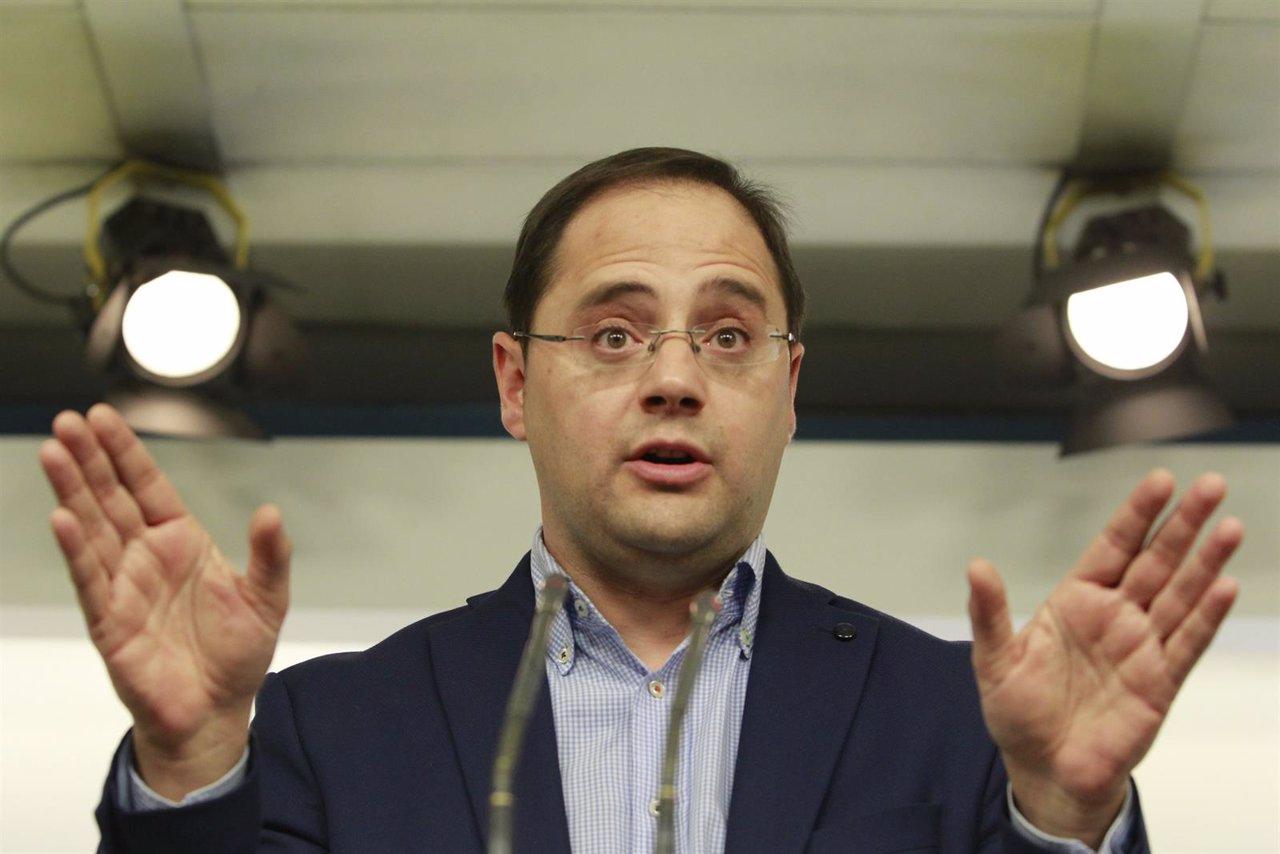 César Luena en rueda de prensa tras las elecciones