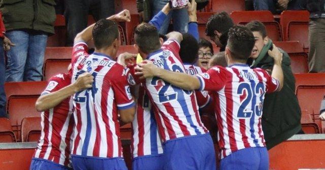 El Sporting de Gijón celebra un gol ante la Real