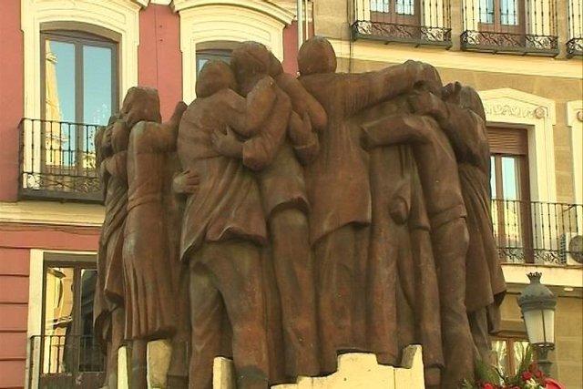 Monumento 'El Abrazo' en honor a las personas fallecidas.