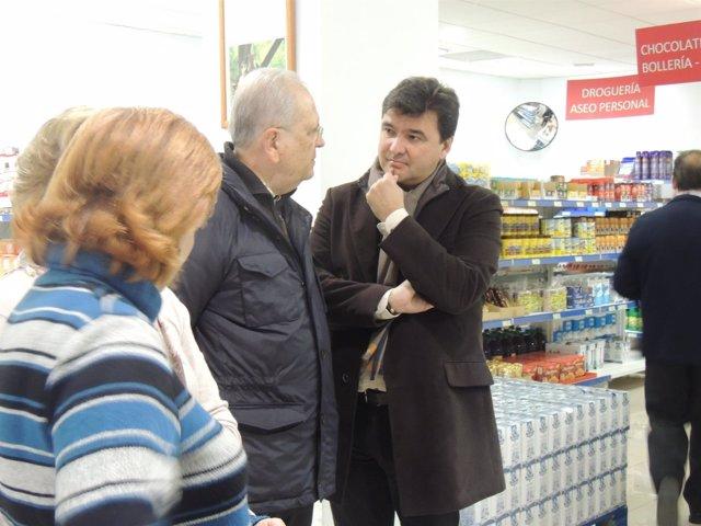 Visita del gobierno local de Huelva al economato Resurgir