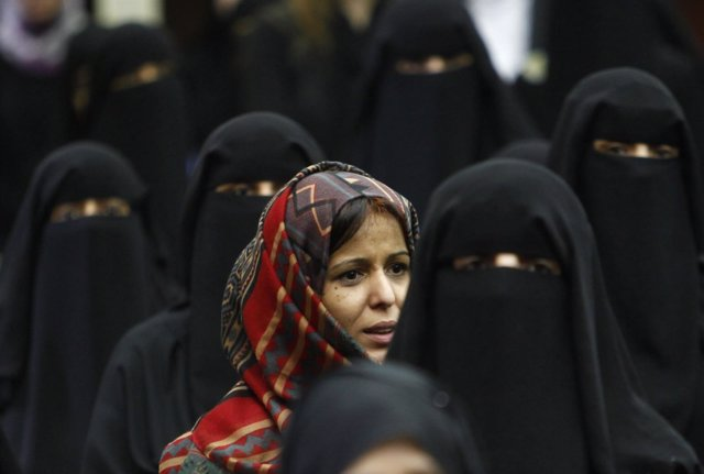 Mujeres con burka manifestándose en Yemen