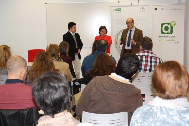 Manuel Carmona (al fondo) interviene en el curso