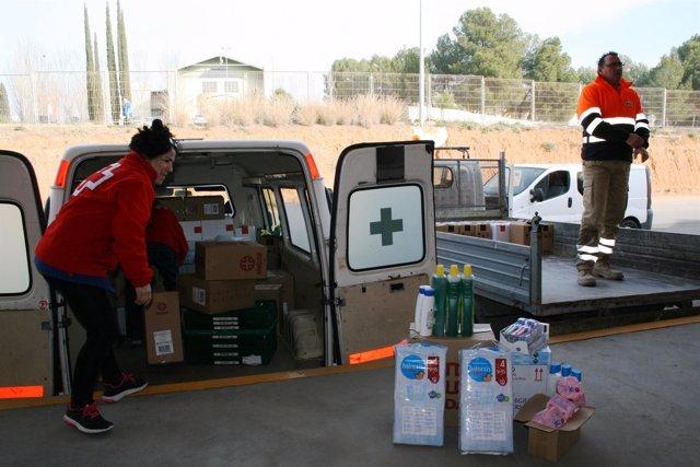 Los voluntarios preparando los lotes de higiene personal