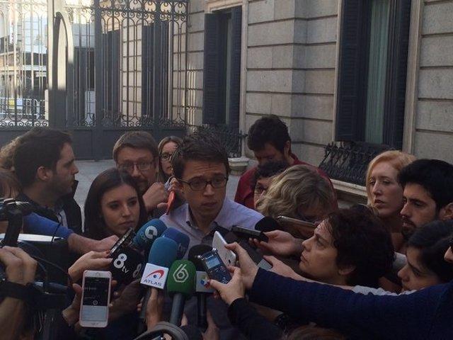 Íñigo Errejón atiende a los medios en el Congreso