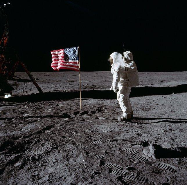 Neil Armstrong saluda a la bandera