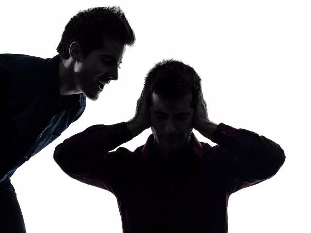Esquizofrenia, hombre que oye voces