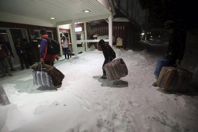 Refugiados a su llegada a un centro de acogida en Riksgransen (Suecia)