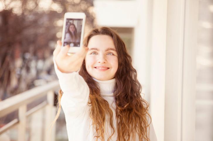 Las mujeres se hacen más selfies que los hombres