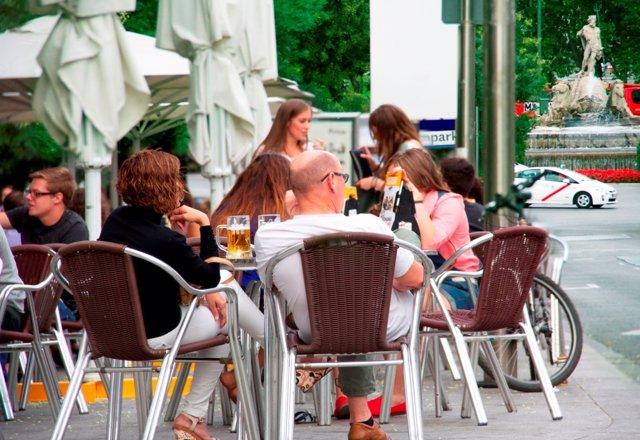 Gente comiendo y bebiendo