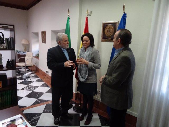 Crespín (centro) habla con Morales (izda.)