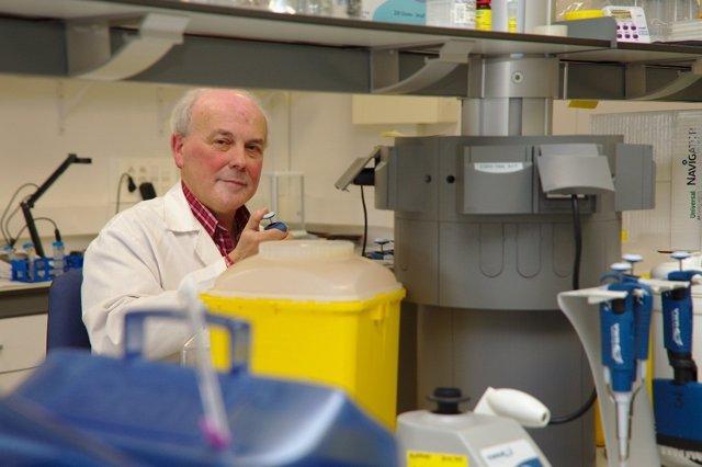 El investigador Juan Ramón de los Toyos, en su laboratorio.