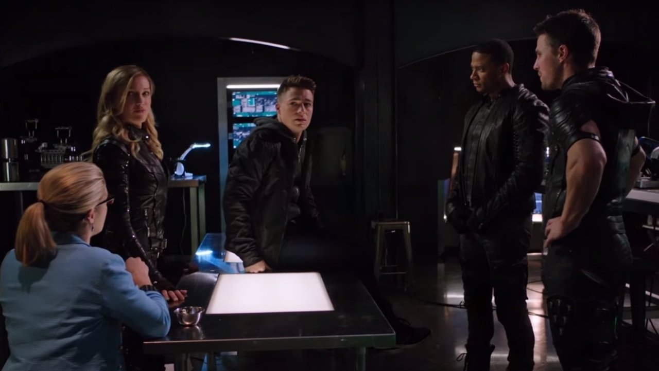 El equipo de Arrow reunido en el retorno de Roy Harper