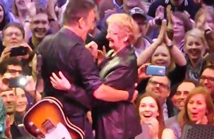 Bruce Springsteen baila con una fan que celebraba su 89 cumpleaños en su concierto
