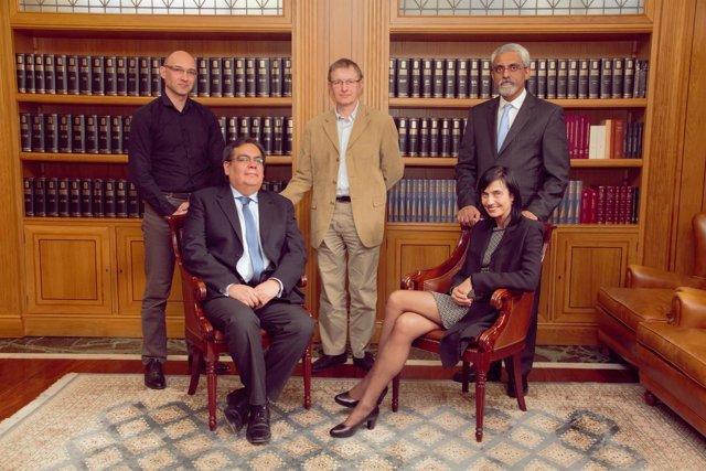 De pie, Xavier Liogier, Victor Tybulewicz y Alberto Costa. Sentados Juan Carlos